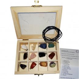 Drewniane pudełko z dwunastoma kamiennymi wisiorkami oraz jednym rzemykiem